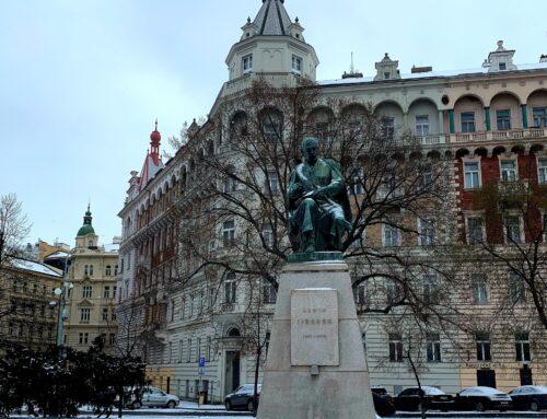 Protest proti přemístění Jiráskovy sochy!